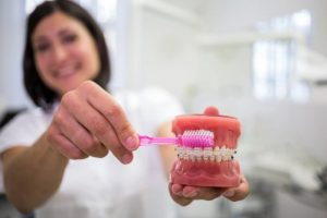 ניקוי שיניים תותבות